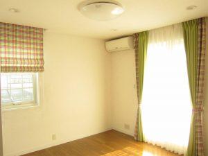 小さな窓にはシェード、掃出し窓はその柄を両サイドだけに