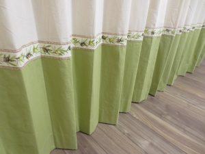 アイボリーとグリーンの間に挟んだのは、トリムではなくカーテンの柄の一部