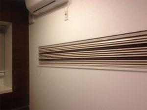 横長の窓は収納の扉と色を合わせてブラウンをポイントに