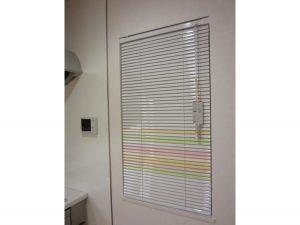 縦型ブラインドと色の組み合わせをキッチンの横型ブラインド
