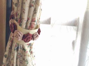 バラ柄のカーテンに合わせてお作りしたコサージュ付きのタッセル
