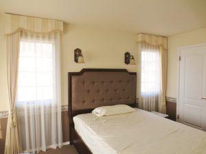 ベッドを挟んでシンメトリーに配置された小窓