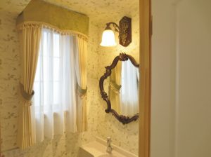 上品且つクラシカルに仕上げたパウダールームの小窓
